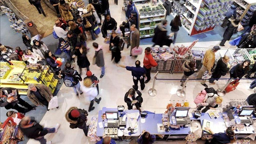 El subíndice que mide la intención de gasto actual de los consumidores (su disposición a realizar compras importantes en el corto plazo) avanzó en febrero hasta los 86,8 puntos, por encima de los 81,8 del mes anterior. EFE/Archivo