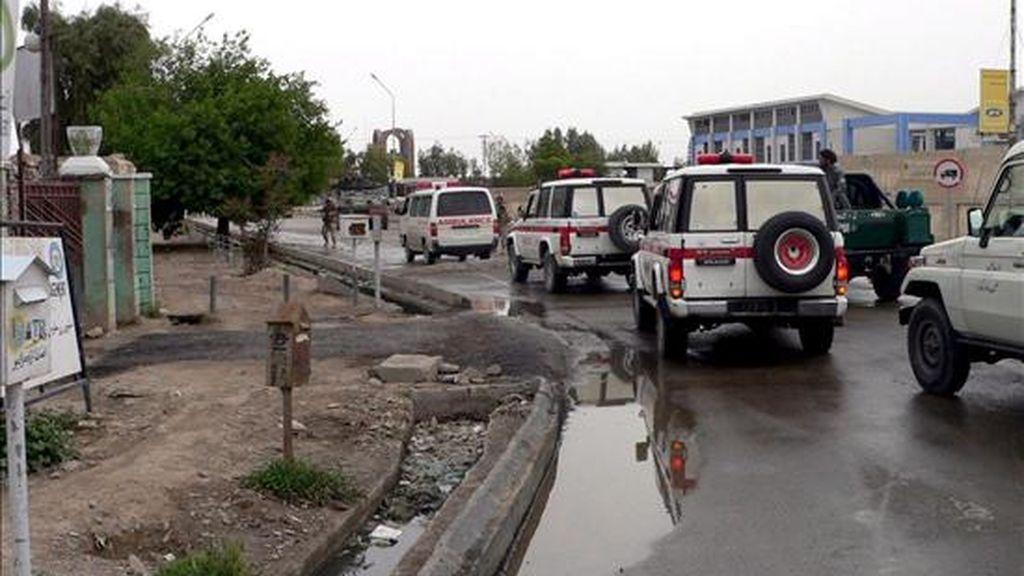 Varias ambulancias llegan a las Oficinas del Consejo Provincial de Kandahar (Afganistán) tras un ataque suicida perpetrado ayer, 1 de abril. Hoy han sido secuestrados 16 trabajadores cuando construían una carretera. EFE/Archivo