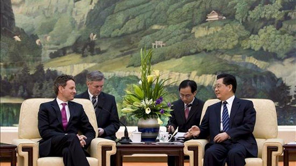 El secretario del Tesoro de Estados Unidos, Timothy Geithner (i), conversa con presidente chino, Hu Jintao (D), durante su reunión en el Gran Palacio del Pueblo de Pekín (China), el 2 de junio de 2009. Geithner y el viceprimer ministro chino, Wang Qishan, trataron los objetivos de la próxima ronda del Diálogo Estratégico y Económico China-EEUU que tiene previsto celebrarse este verano en Washington. EFE
