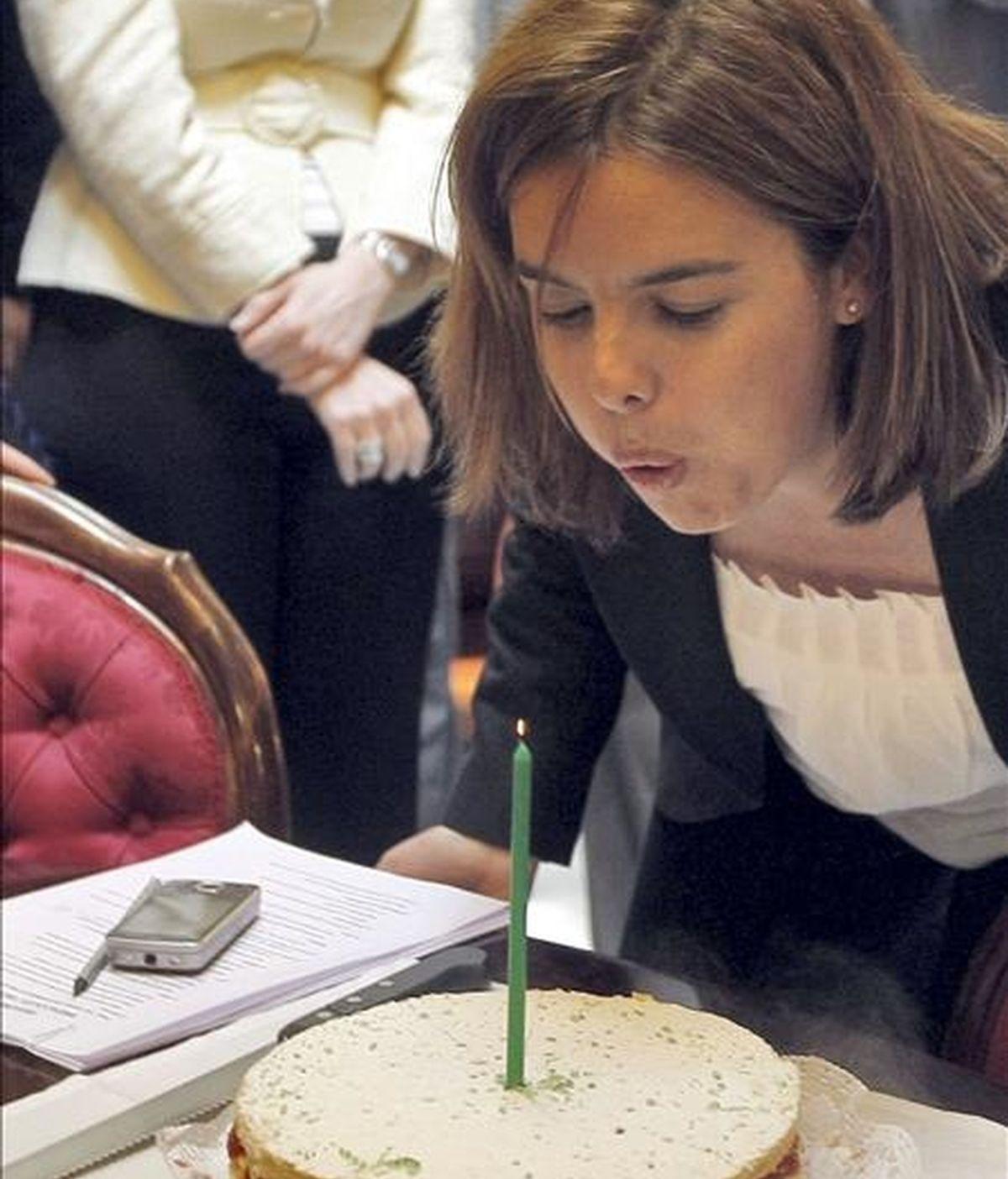 La portavoz parlamentaria popular, Soraya Sáenz de Santamaría, que hoy cumple años, apaga una vela, tras la sesión de control al Ejecutivo del pleno del Congreso de los Diputados celebrado hoy. EFE