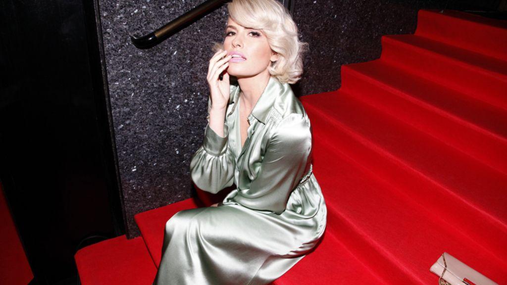 Adriana Abenia esperando a Brad Pitt completamente metida en el papel de femme fatale