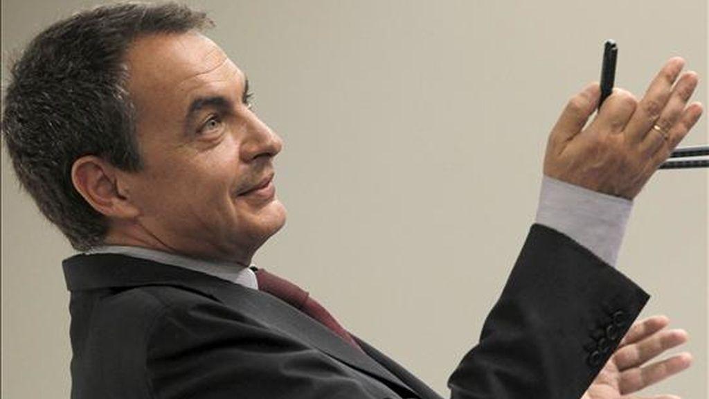 El presidente del Gobierno, José Luis Rodríguez Zapatero, durante la rueda de prensa que ofreció al término de la reunión del Consejo de Ministros, en la que hizo balance de la gestión de su gabinete en la primera mitad del año, hoy en el Palacio de la Moncloa. EFE