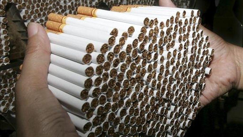 La ley obligará a la industria tabacalera, que mueve anualmente 89.000 millones de dólares, a declarar de qué están compuestos sus productos, entre los que se incluyen cigarrillos, puros y tabaco de mascar. EFE/Archivo