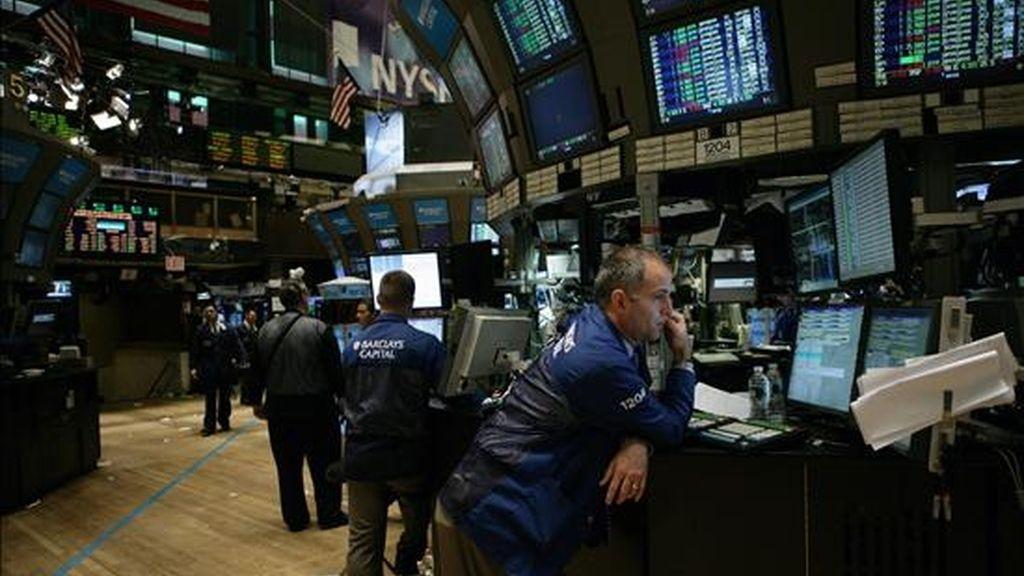 Corredores de la bolsa trabajan en las instalaciones de la plaza bursátil de Nueva York (NY, EE.UU.). El corro neoyorquino cerró en su nivel más alto en las últimas 10 semanas. EFE