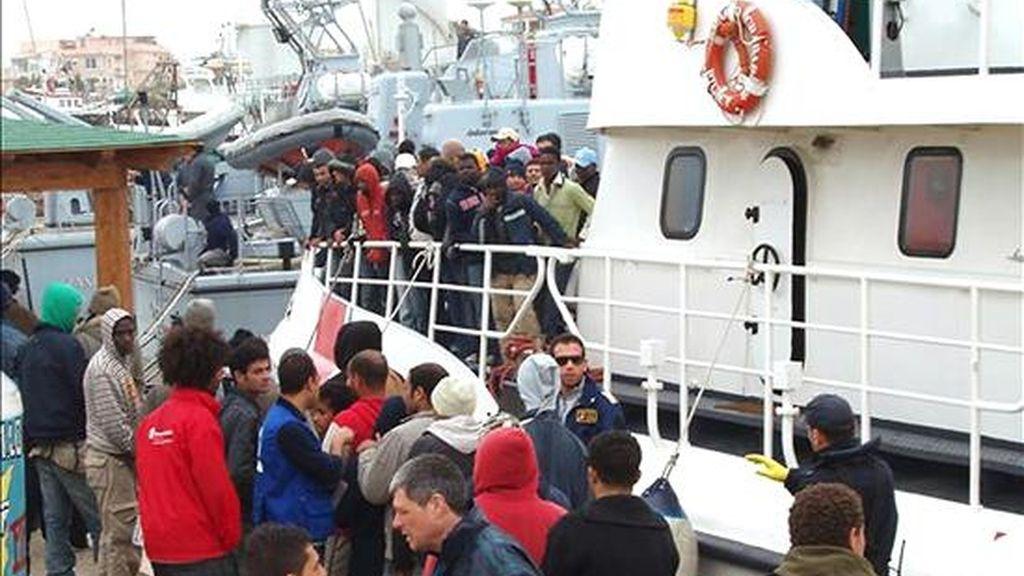 Las autoridades de Foggia pondrán desde el lunes una línea especial de autobuses sólo para inmigrantes. La decisión se basa en los problemas surgidos hace unos días en la región. En la imagen, inmigrantes indocumentados interceptados el 29 de marzo a unas treinta millas al sur de las costas de la isla italiana de Lampedusa (Italia). EFE/ARchivo