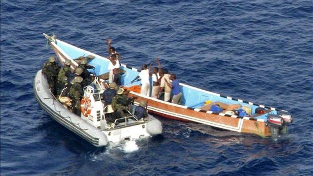 """Soldados del buque de guerra español """"Victoria"""", de las fuerzas navales de la UE y su misión antipiratería """"Atalanta"""", tras una persecución por aguas del Índico, consiguen alcanzar la barca con los piratas, tras recibir la llamada de socorro de un carguero noruego. EFE"""