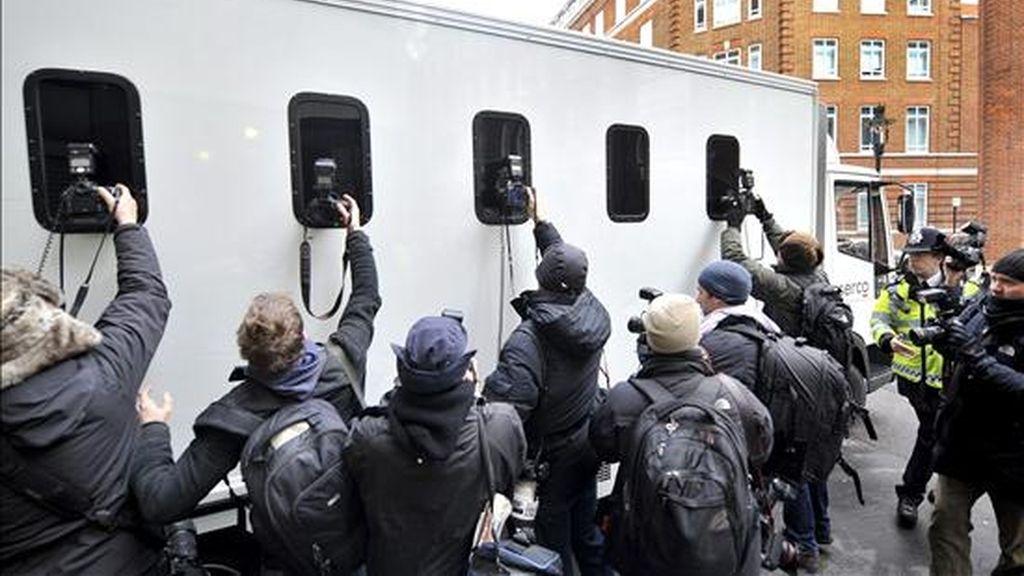 Fotógrafos rodean el furgón en el que supuestamente fue trasladado el fundador de Wikileaks, Julian Assange, hasta el tribunal de la City de Westminster (Londres), donde se celebró la segunda vista sobre su extradición a Suecia, en Londres (Reino Unido), hoy, martes 14 de diciembre de 2010. EFE