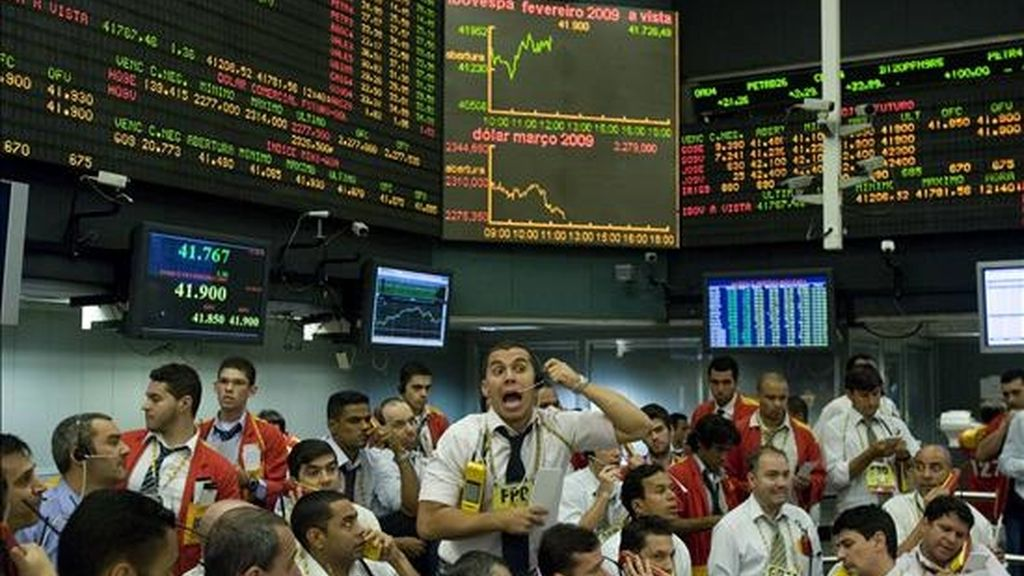 Operadores negocian las acciones de los contratos futuros en la Bolsa de Valores, Mercaderías y Futuros de Sao Paulo, que cerró la jornada del miércoles con una baja del 0,88%. EFE