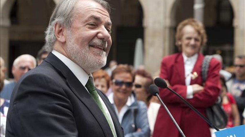 El cabeza de lista del PP a las elecciones al Parlamento Europeo, Jaime Mayor Oreja, durante un acto electoral celebrado con cargos electos vascos de su partido hoy en Vitoria. EFE