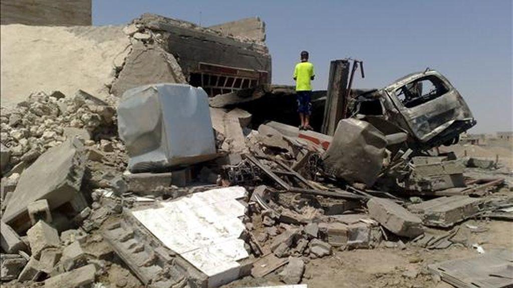 Un niño iraquí observa los escombros de una casa tras la explosión de una bomba, en Ramadi, capital de Anbar, Irak, ayer 8 de julio. EFE