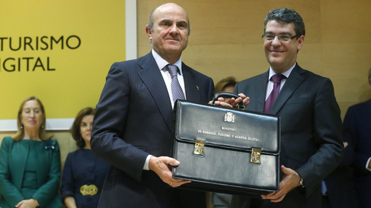 Luis de Guindos entrega a Nadal la cartera de Energía, Turismo y Agenda Digital