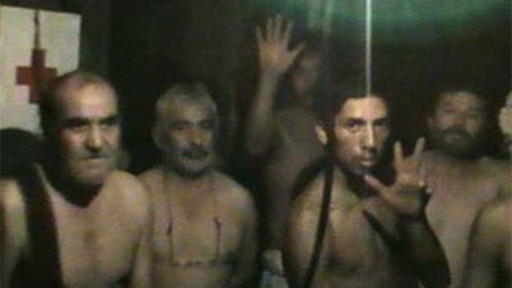 Parte de los mineros atrapados muestran su ánimo ante la cámara. Foto: AP
