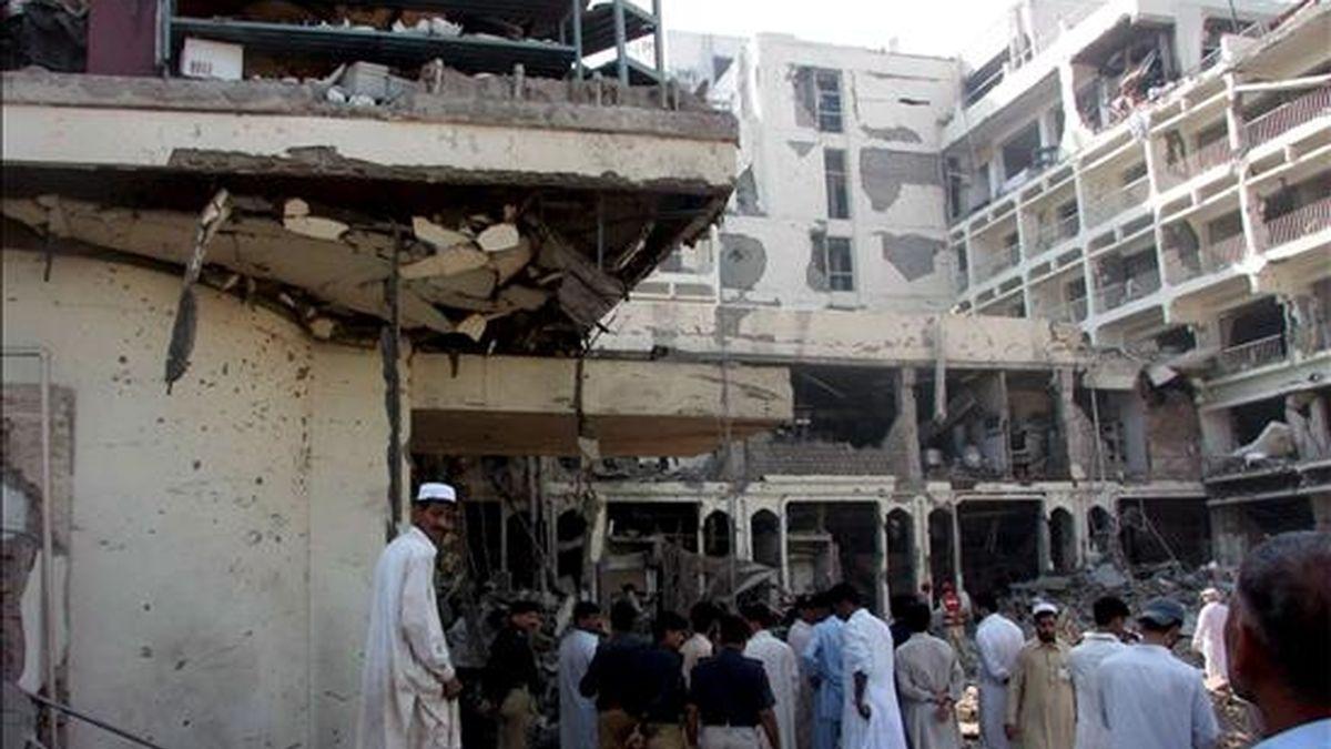 Miembros de las fuerzas de seguridad inspeccionan hoy miércoles 10 de junio la parte del hotel Pearl Continental que resultó afectado en el ataque suicida registrado anoche contra un lujoso de la ciudad paquistaní de Peshawar (noroeste) y que se saldó con la muerte de al menos 12 personas, entre ellas tres extranjeros. EFE