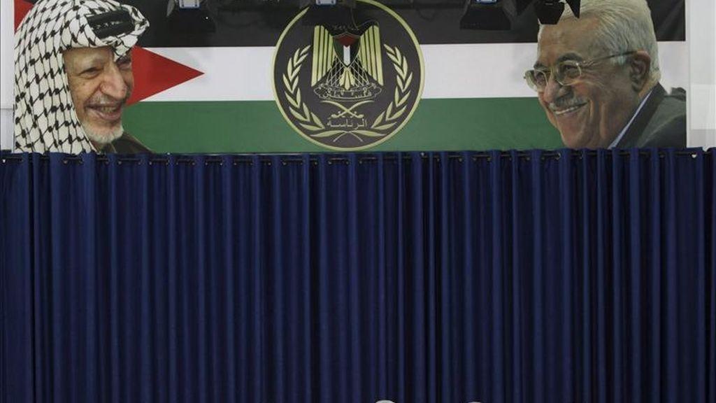El presidente palestino, Mahmud Abás (c), habla con la prensa sobre el acuerdo alcanzado ayer por la facción nacionalista palestina Al Fatah y la islamista Hamás, en sus oficinas de Ramala, Cisjordania. EFE
