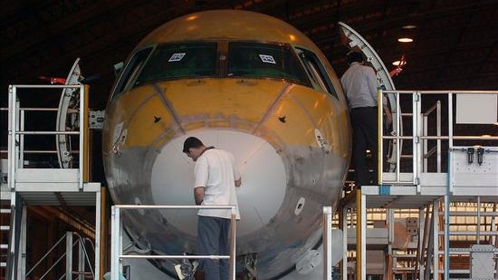 El resultado de la caída de la demanda es que Bombardier calcula que entregará un 25% menos de aviones de negocios durante este año fiscal comparado con el anterior. En la foto otro fábrica de aviones. EFE/Archivo