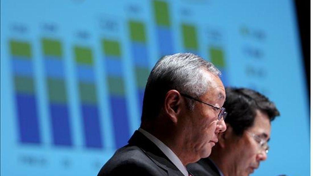 En la imagen, el presidente financiero de Sony, Nobuyuki Oneda (i), y el vicepresidente senior de la compañía, Takao Yuhara, durante una rueda de prensa de presentación de resultados en Tokio. EFE/Archivo