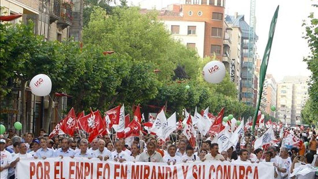 Cabecera de la manifestación que se ha celebrado hoy por las principales calles de la localidad burgalesa de Miranda de Ebro en apoyo a los trabajadores de la central de Santa María de Garoña. EFE