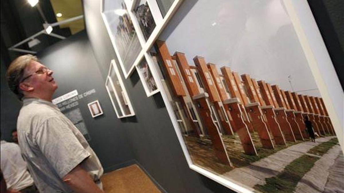 """Aspecto de la exposición """"Resiliencia"""", en el Instituto Cervantes de Madrid, en Photoespaña, en la que se muestran el trabajo de diez jóvenes autores que han participado en la edición de 2009 de «Descubrimientos PHE» en América Latina. EFE"""