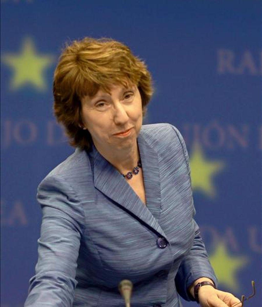 La jefa de la diplomacia europea, Catherine Ashton, sonríe a su llegada a una rueda de prensa tras una reunión de ministros de Asuntos Exteriores del Consejo Europeo en la sede de la organización en Bruselas, Bélgica. EFE