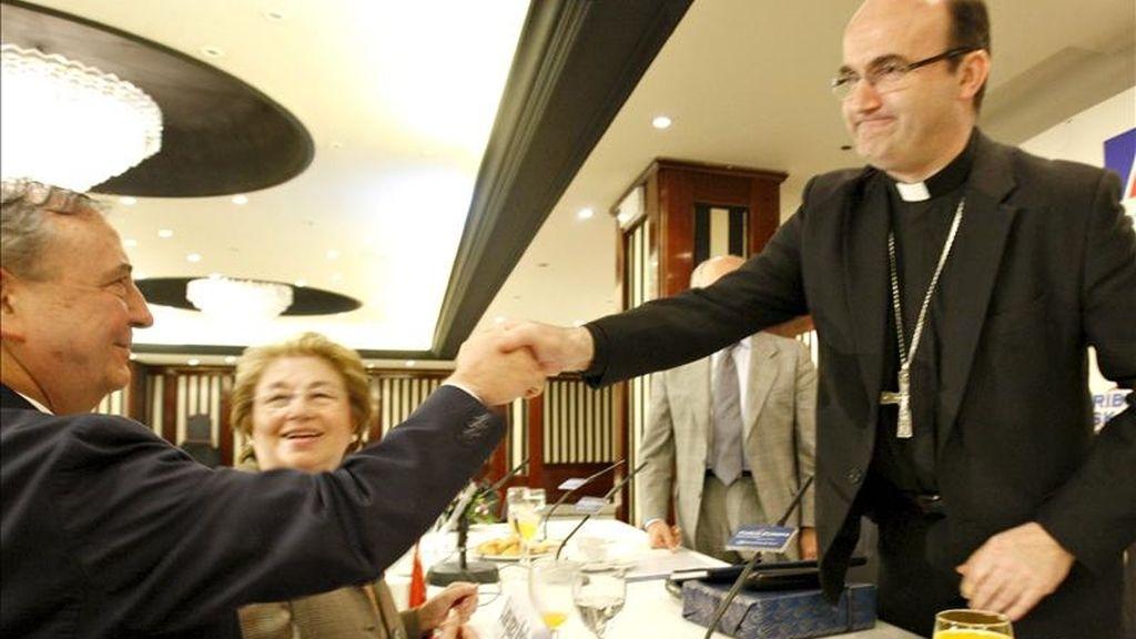 El obispo de San Sebastián, José Ignacio Munilla, saluda al portavoz del PNV en el Senado, Iñaki Anasagasti, tras la conferencia que ofreció el primero hoy Bilbao, dentro de la tribuna de Nueva Economía Fórum. EFE