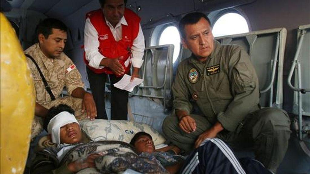 Llegan a Lima (Perú)  dos de los estudiantes heridos que dejó este lunes la caída de un puente colgante de 80 metros de alto en el apartado distrito peruano de Coracora, en donde murieron 9 personas. EFE