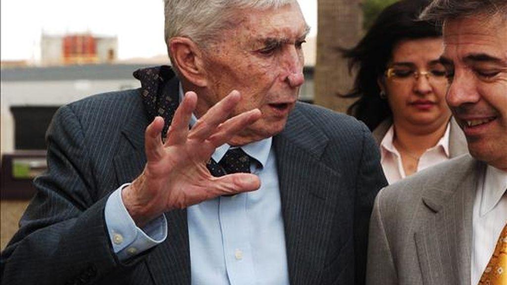 Fotografía tomada el 4 de mayo de 2007 del anticastrista Luis Posada Carriles (izda), a su salida de una audiencia de la Corte Federal de El Paso (TX, EEUU). EFE/Archivo