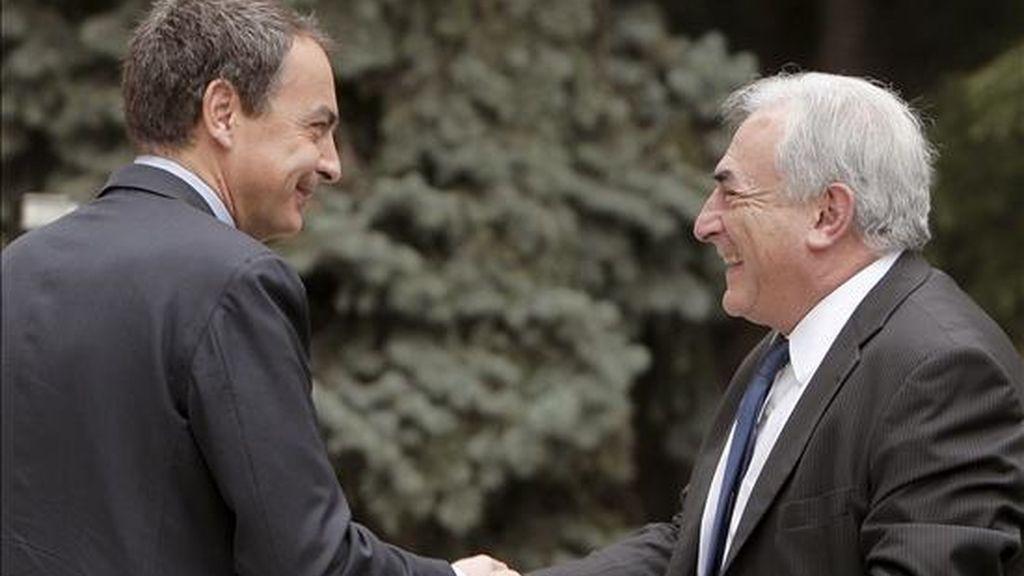 El presidente del Gobierno, José Luis Rodríguez Zapatero (i), saluda al director del Fondo Monetario Internacional (FMI), Dominique Strauss-Kahn, con quien se reunió hoy en el Palacio de la Moncloa. EFE