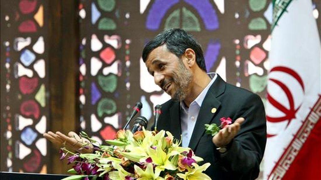 El presidente iraní, Mahmud Ahmadineyad, durante una ceremonia en honor de un grupo de expatriados iraníes este lunes en Teherán. EFE