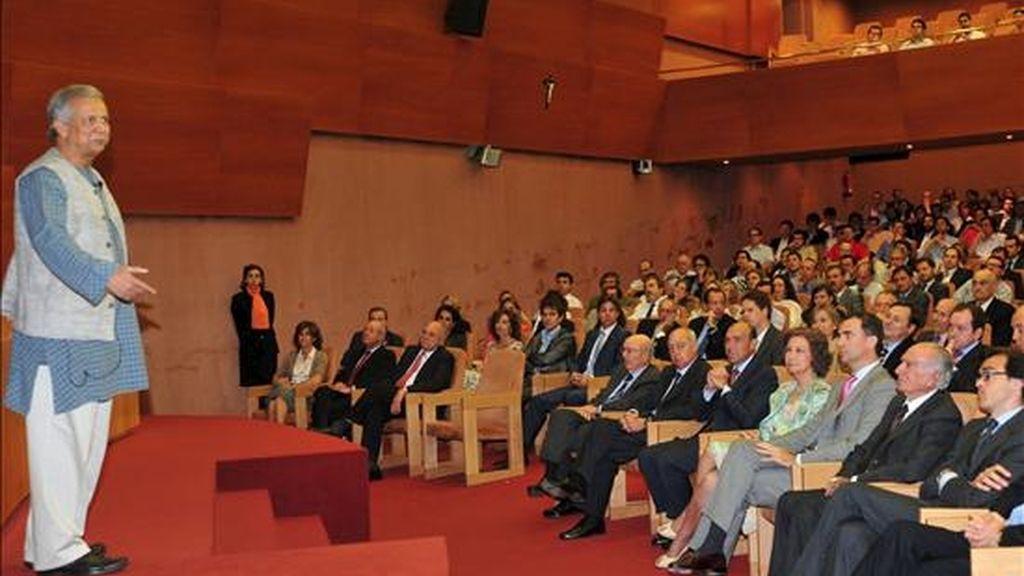 """La Reina Sofia y el Príncipe Felipe, asisten a la conferencia del economista bangladesí Muhammad Yunus (i), conocido como """"el banquero de los pobres"""" y creador de los microcréditos, en el Auditorio del IESE, donde ha asegurado que la crisis económica es una """"oportunidad maravillosa"""" para reformar el sistema económico actual y evitar, así, """"volver a cometer los mismos errores"""". EFE"""