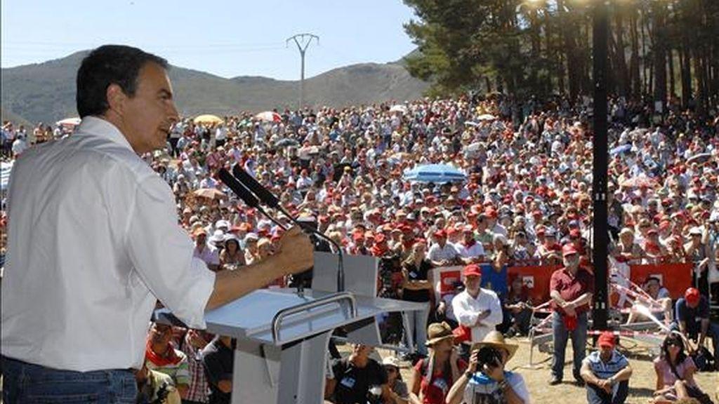 El presidente del Gobierno de España, José Luis Rodríguez Zapatero, en un momento de su intervención durante la XXX Fiesta Minera de Rodiezmo (León). EFE/Archivo