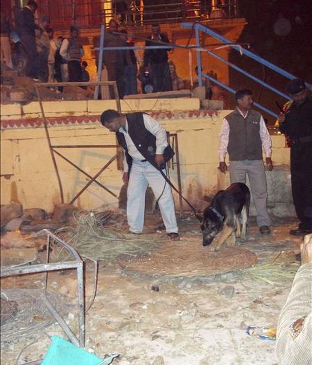 Policías indios inspeccionan el lugar donde una explosión ha acabado con la vida de dos personas, una de ellas un turista extranjero, en la ciudad de Benarés (actualmente Varanasi), en el norte de la India. EFE
