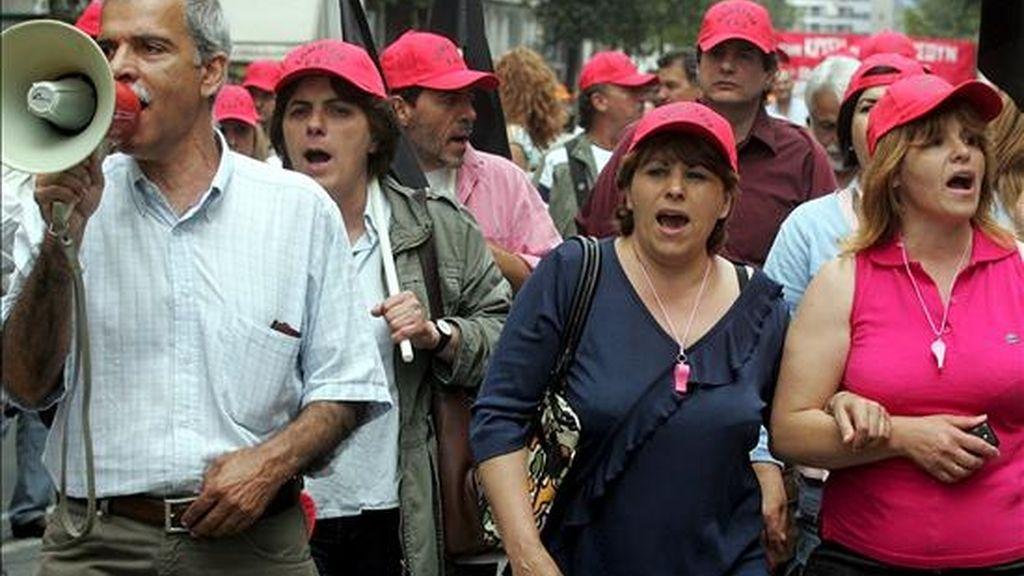 Funcionarios corean consignas durante una manifestación convocada en el centro de Atenas (Grecia). EFE/Archivo