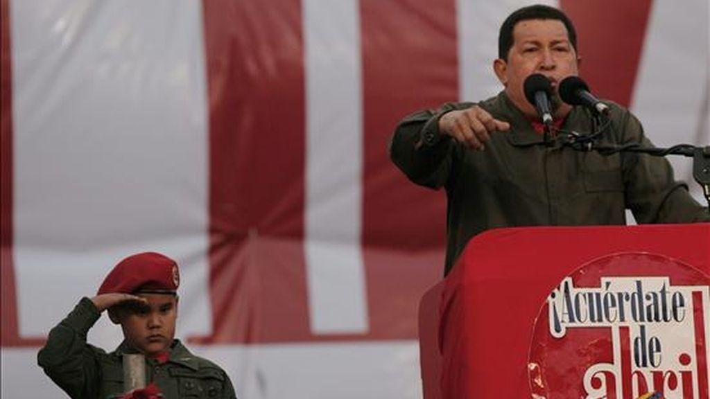 El presidente venezolano, Hugo Chávez, se pronunció frente a miles de sus seguidores que se concentraron en una avenida de Caracas (Venezuela) para celebrar el séptimo aniversario del retorno de Chávez al poder, luego del golpe de estado que lo derrocó por 48 horas en 2002. EFE
