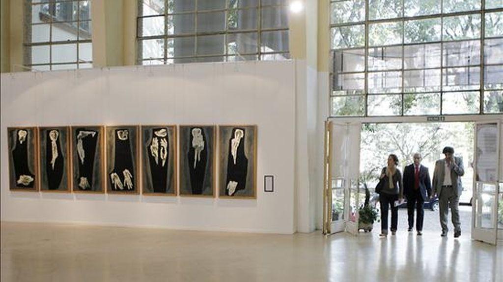 Visitantes ingresan a la muestra del artista ecuatoriano Oswaldo Guayasamín, que se exhibe en uno de los edificios de la antigua Escuela Superior de Mecánica de la Armada (ESMA). EFE/Leo La Valle