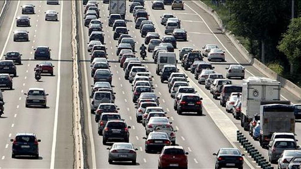Tráfico intenso en la A-6, en sentido salida de Madrid, registrado esta tarde en el inicio de la primera operación especial de este verano, que concluye este domingo y en el que se esperan casi 4,2 millones de desplazamientos. EFE