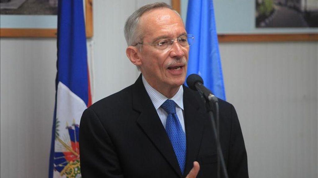 El jefe de la Misión de la ONU para la Estabilización de Haití (Minustah), Edmond Mulet, habla con la prensa este 12 de mayo en Puerto Príncipe (Haití). EFE