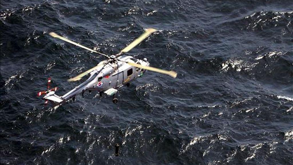 """Un helicóptero Lynx surcoreano lanza un sonar durante unas maniobras navales iniciadas hoy en la frontera marítima del oeste. Corea del Sur inició hoy cinco días de maniobras navales en el Mar Amarillo (Mar Occidental), donde en marzo se hundió el buque surcoreano """"Cheonan"""" en un suceso atribuido a un torpedo de Corea del Norte. EFE/Yonhap"""