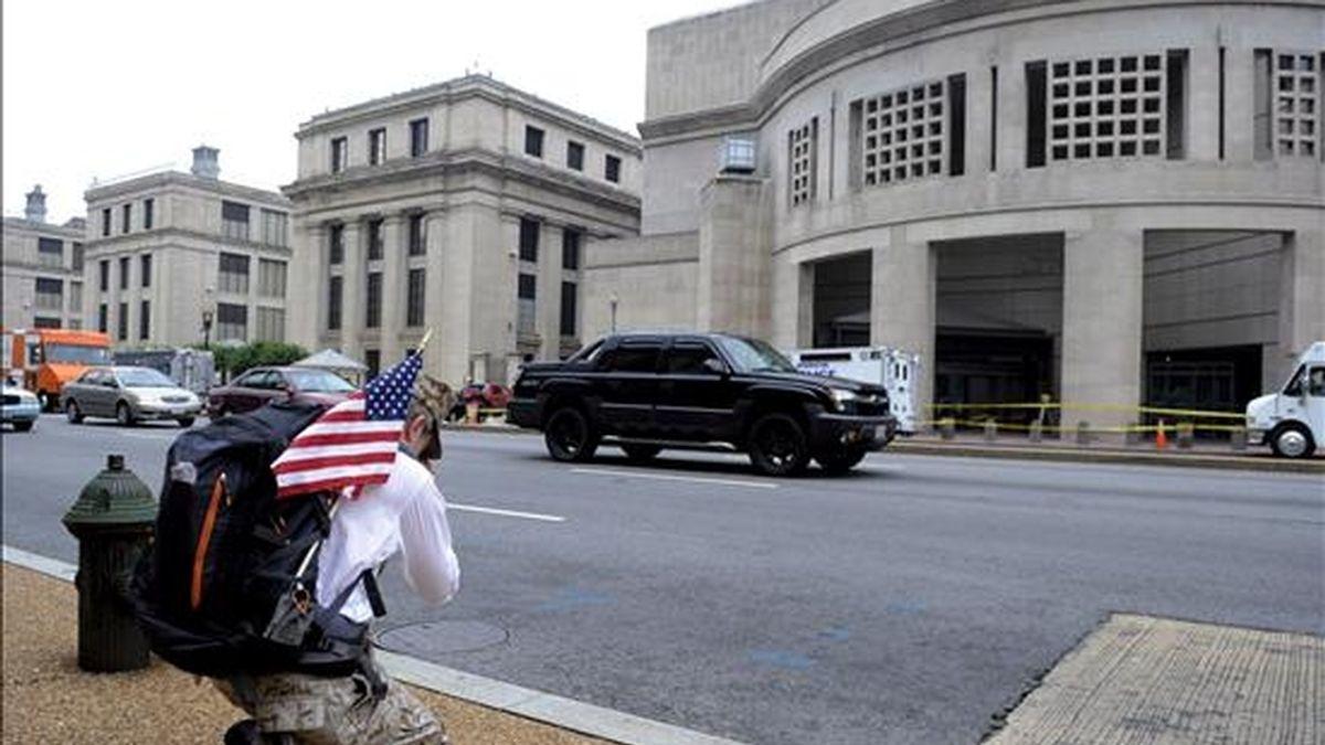 Un hombre reza ante el edificio del Museo del Holocausto en Washington, EE.UU.. EFE