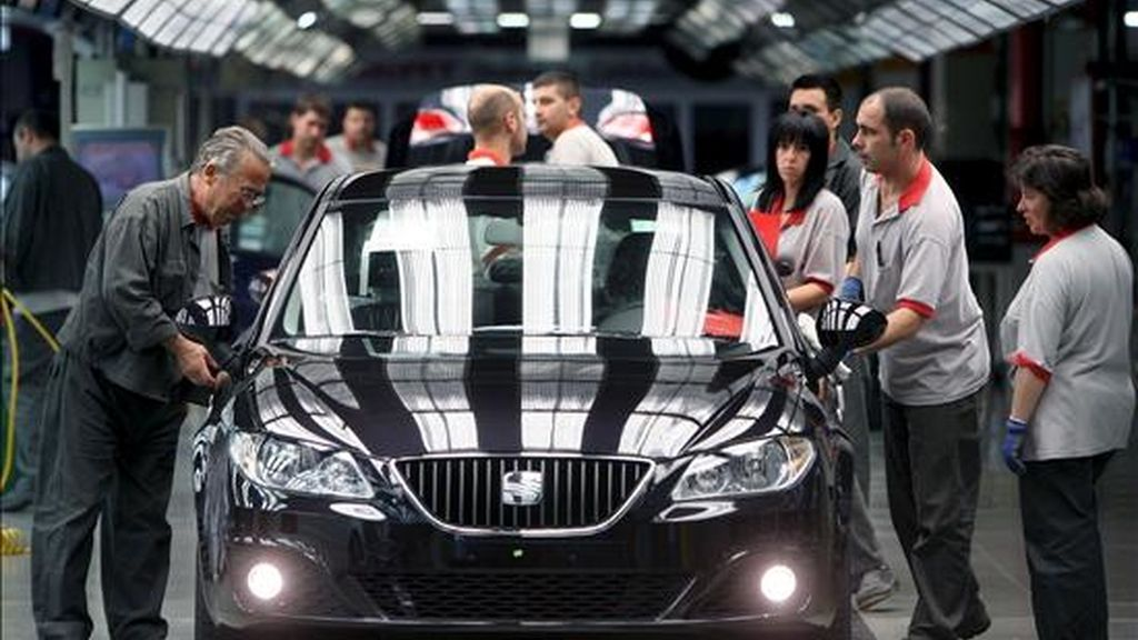 Varios operarios de la factoría automovilística Seat trabajan en la cadena de montaje en los últimos detalles del modelo de la marca, el Exeo. EFE/Archivo