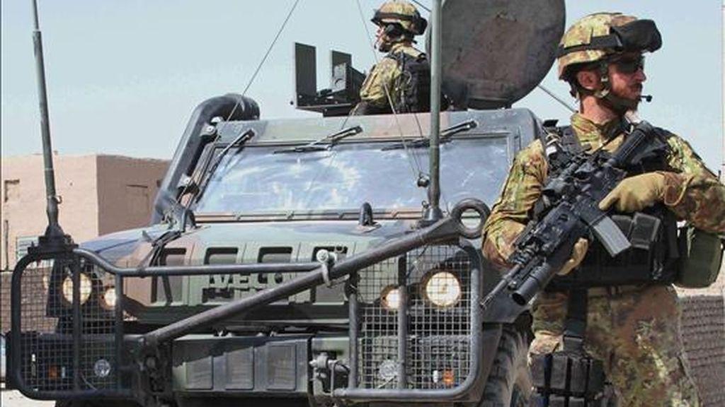 Soldados italianos de la ISAF (Fuerza Internacional de Asistencia a la Seguridad) patrullan en Herat, Afganistán occidental. EFE/Archivo