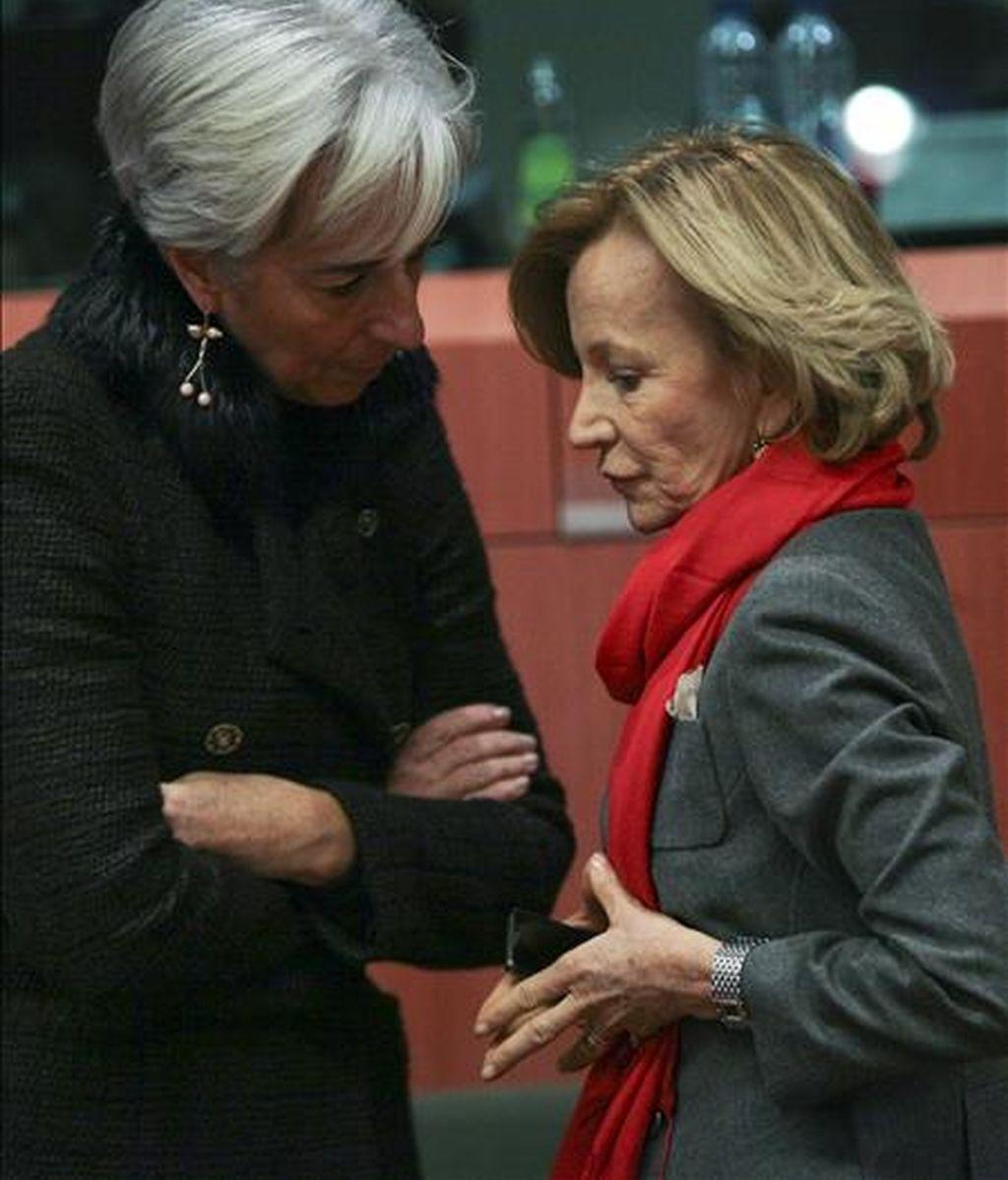 La ministra de Economía y Hacienda española, Elena Salgado (dcha) conversa con la ministra francesa de Finanzas Christine Lagarde (izda) antes del comienzo ayer de la reunión de ministros de Economía y Finanzas sobre la situación de Iralanda en la sede del Consejo Europeo en Bruselas (Bélgica). EFE