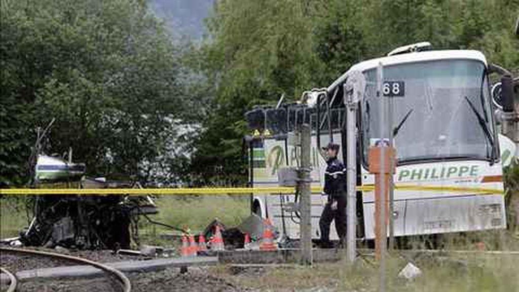 El tren se quedço atrapado entre las dos barreras. Foto: EFE.