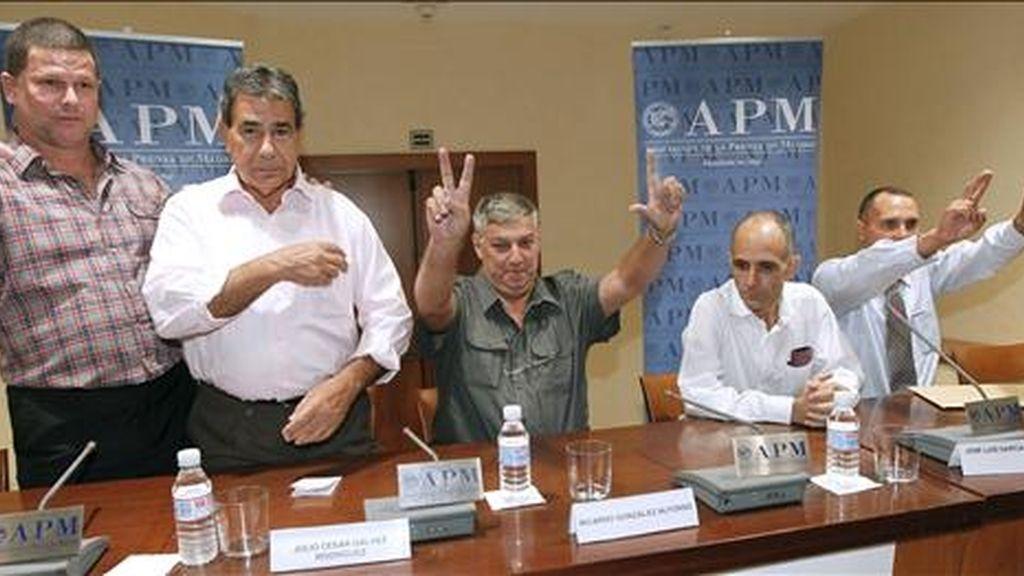 Algunos de los disidentes cubanos llegados a España (i-d) Omar Rodríguez, Julio César Gálvez, Ricardo González, José Luis García Paneque y Lester González, antes de la rueda de prensa que ofrecieron hoy en Madrid. EFE