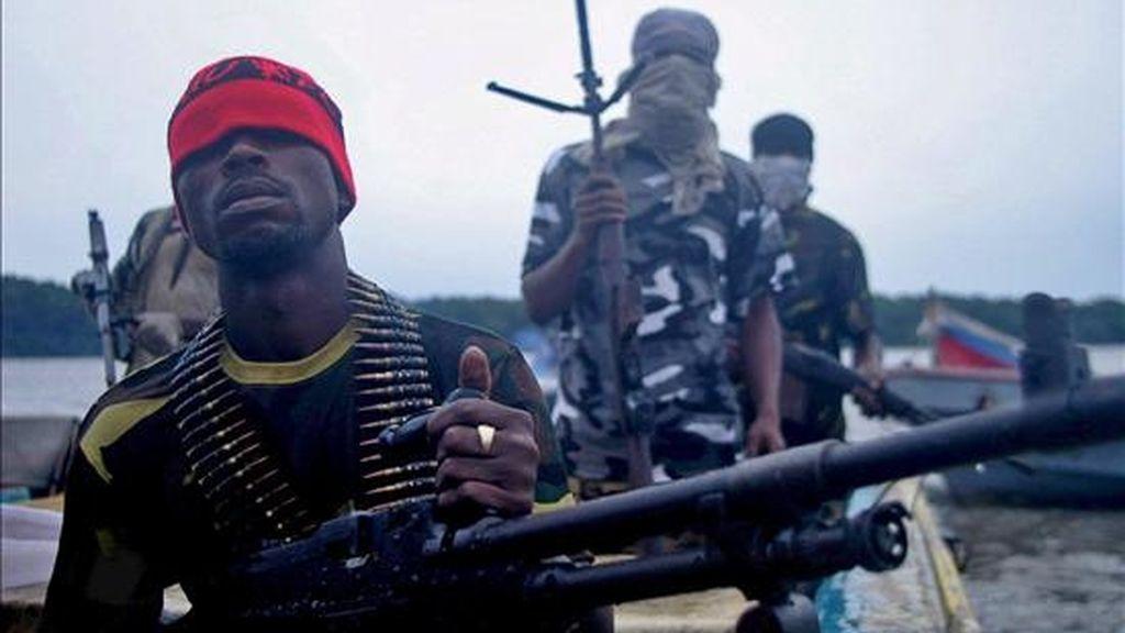 Fotografía de miembros de la guerrilla nigeriana del Movimiento para la Emancipación del Delta del Níger (MEND) pratrullando por la Delta del Niger, en Nigeria, el 20 de septiembre de 2008. El Movimiento para la Emancipación del Delta del Níger (MEND) ha asegurado en un comunicado haber localizado a tres franceses secuestrados. EFE/Archivo