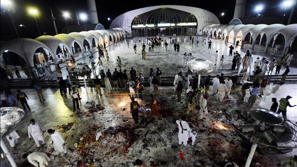 Oficiales de seguridad y de rescate se reúnen en el lugar en el que se llevó a cabo un triple atentado suicida en la ermita del santo musulmán Hazrat Ali bin Usman Al-Hajveri, conocido como Hazrat Data Ganj Bakhsh, en Lahore (Pakistán). EFE
