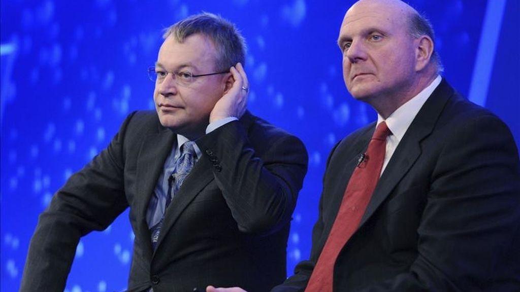 """El presidente de la fabricante finlandesa de móviles Nokia, Stephen Elop (izq), y el consejero delegado de Microsoft, Steve Ballmer, durante un evento organizado hoy por Nokia en un hotel de Londres (Reino Unido). Nokia anunció hoy un """"amplio acuerdo estratégico"""" con Microsoft para crear un nuevo ecosistema conjunto. EFE"""