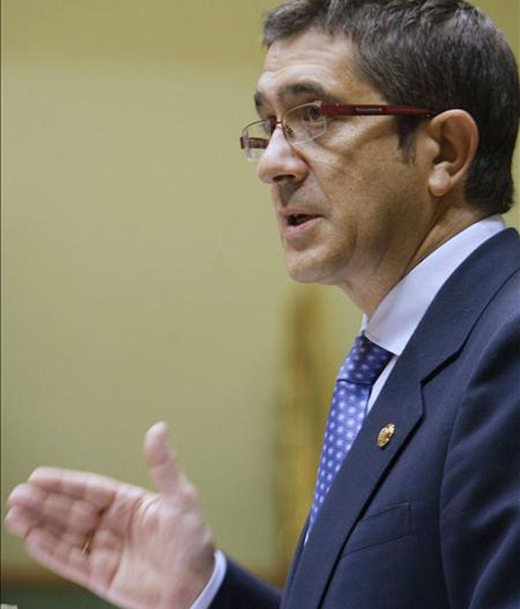 El lehendakari, Patxi López, durante su intervención en el pleno de política general en el Parlamento Vasco en Vitoria, que continuará con los grupos parlamentarios, por orden de menor a mayor representación parlamentaria. EFE