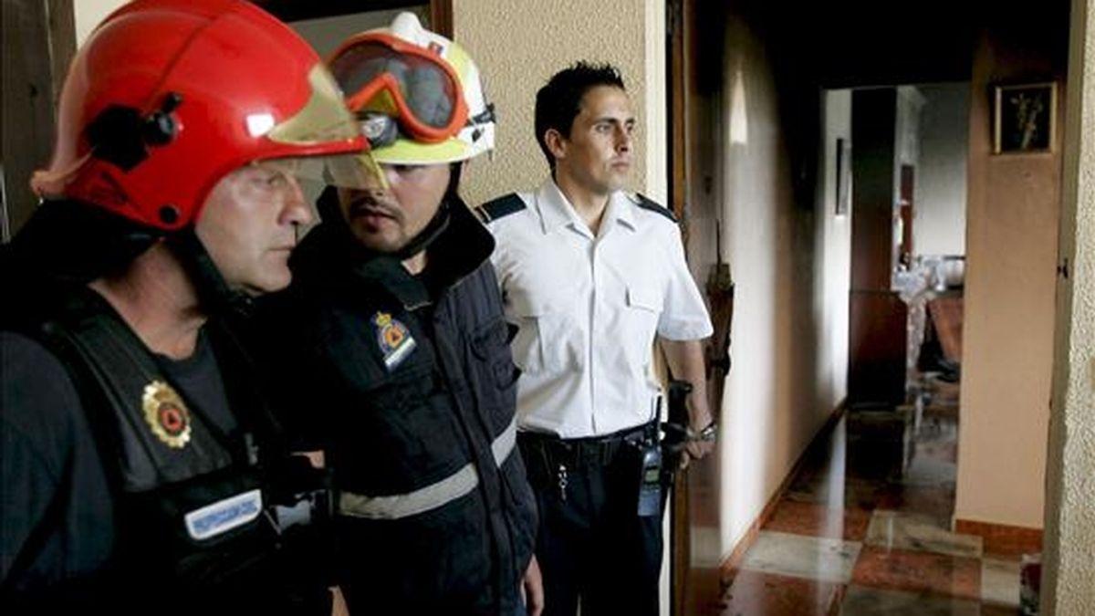 Bomberos y policías, en una vivienda de Cádiz tras una explosión. EFE/Archivo