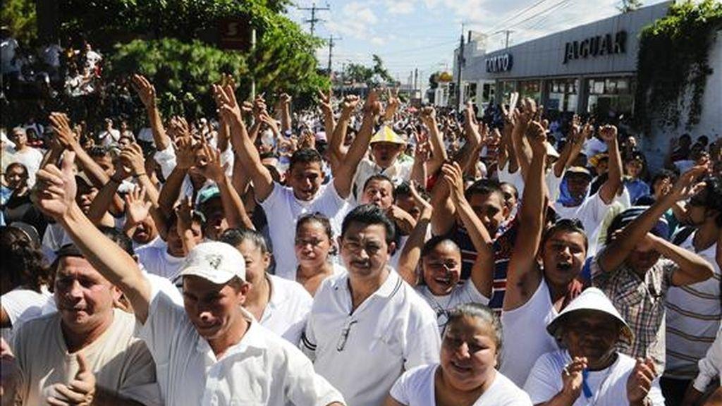 Decenas de vendedores ambulantes marchan hasta la embajada de España en San Salvador para pedir que se suspendan los fondos que la cooperación española destina para financiar un plan de revitalización de zonas en el centro de la capital. EFE