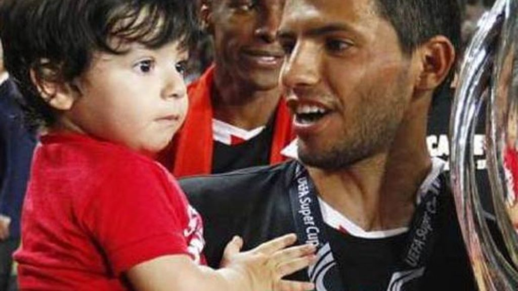 Kun Aguero con su único hijo